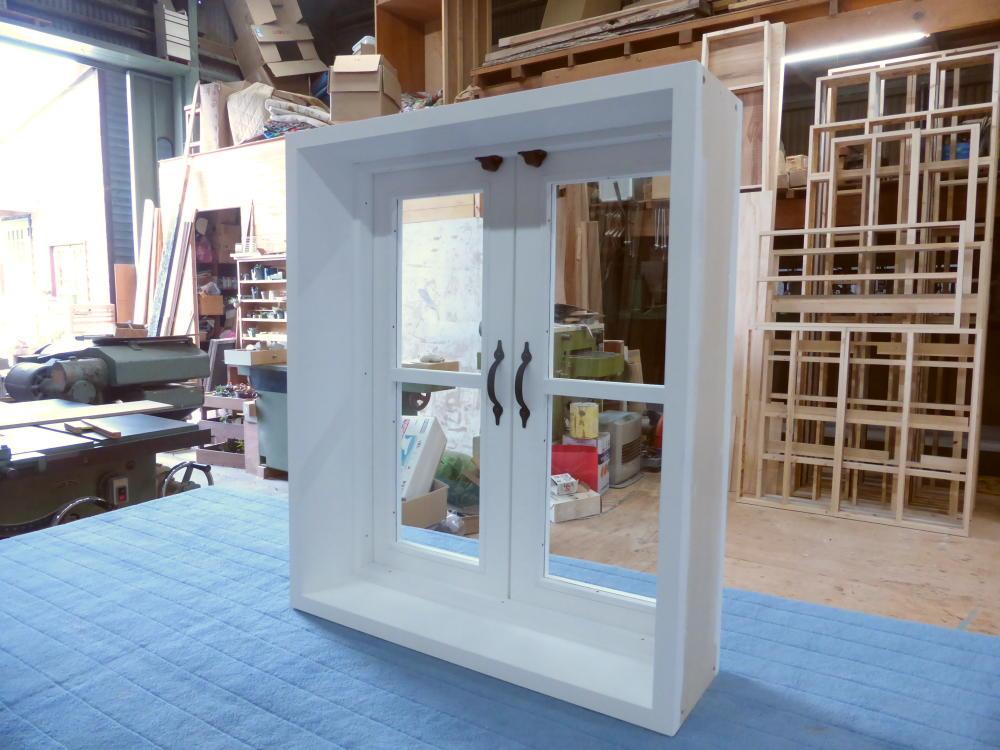 一文字格子の観音開き窓(透明ガラス・バターミルクペイント塗りつぶし仕上げ)・斜め内側