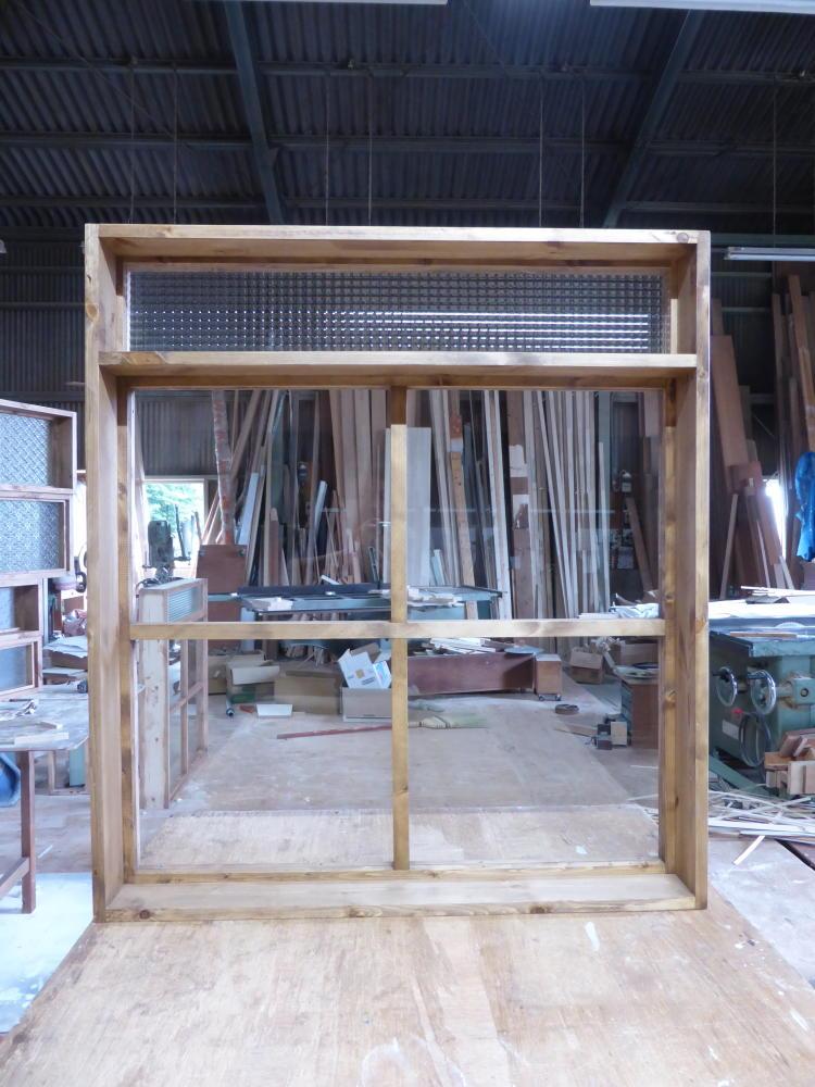 2段FIX窓・上部チェッカーガラス小窓(内部正面)