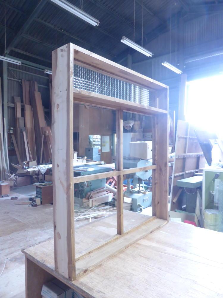 2段FIX窓・上部チェッカーガラス小窓(斜め内側)
