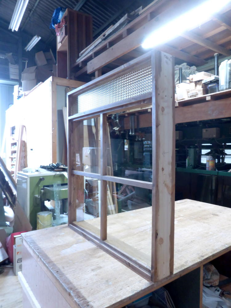 2段FIX窓・上部チェッカーガラス小窓(斜め外側)
