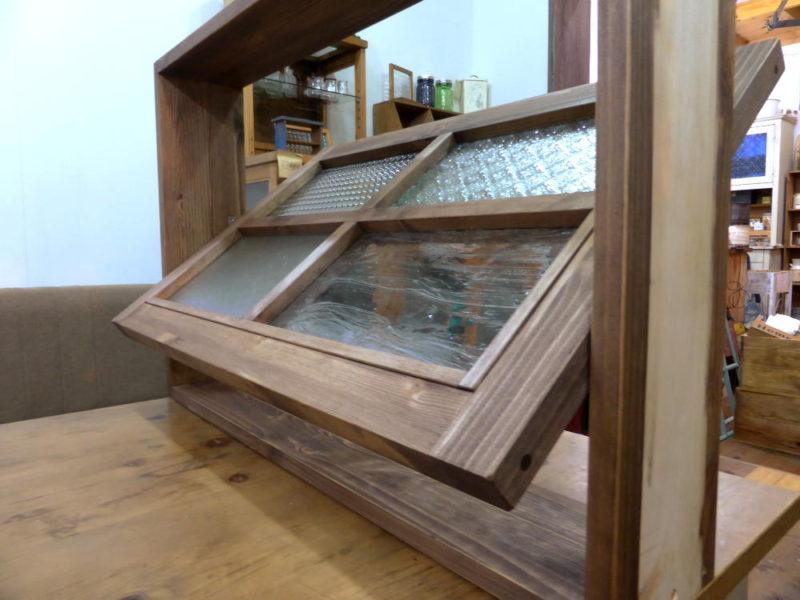 パッチワークガラスの回転窓(外側斜め・36度開時)