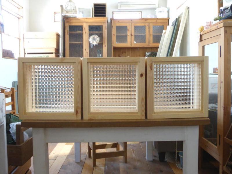 チェッカーガラスのFIX窓(外側正面・横並び3個)