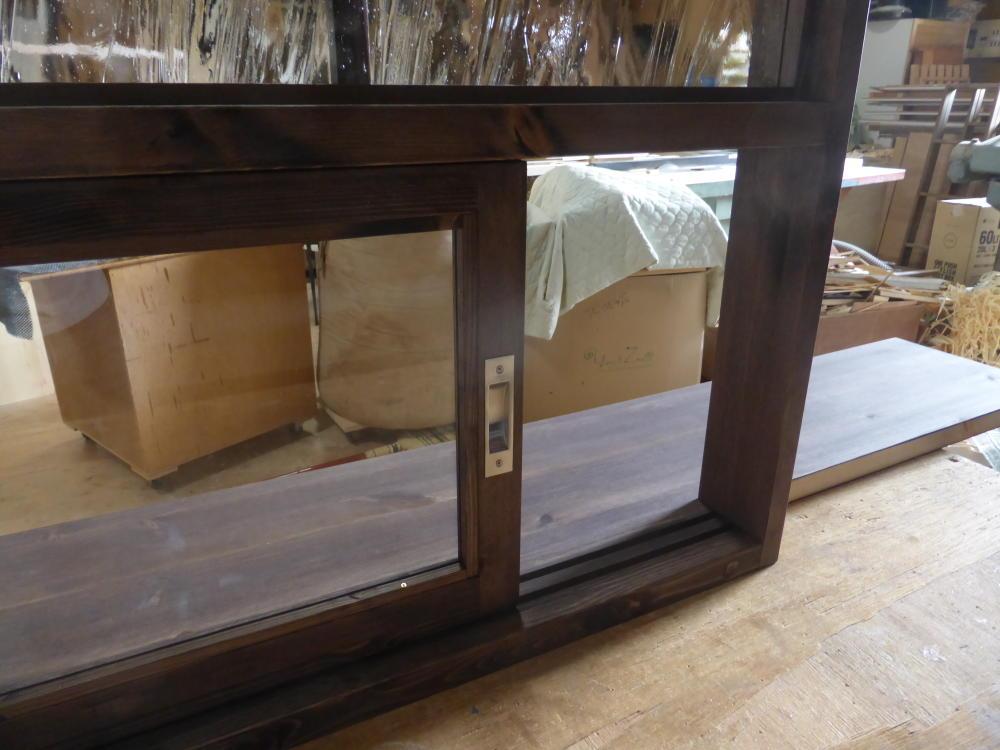 下部の引き違い窓(カウンター天板一体型キッチン窓)
