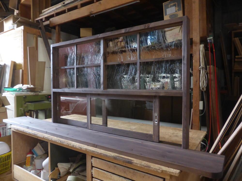 カウンター天板一体型キッチン窓/okamoku