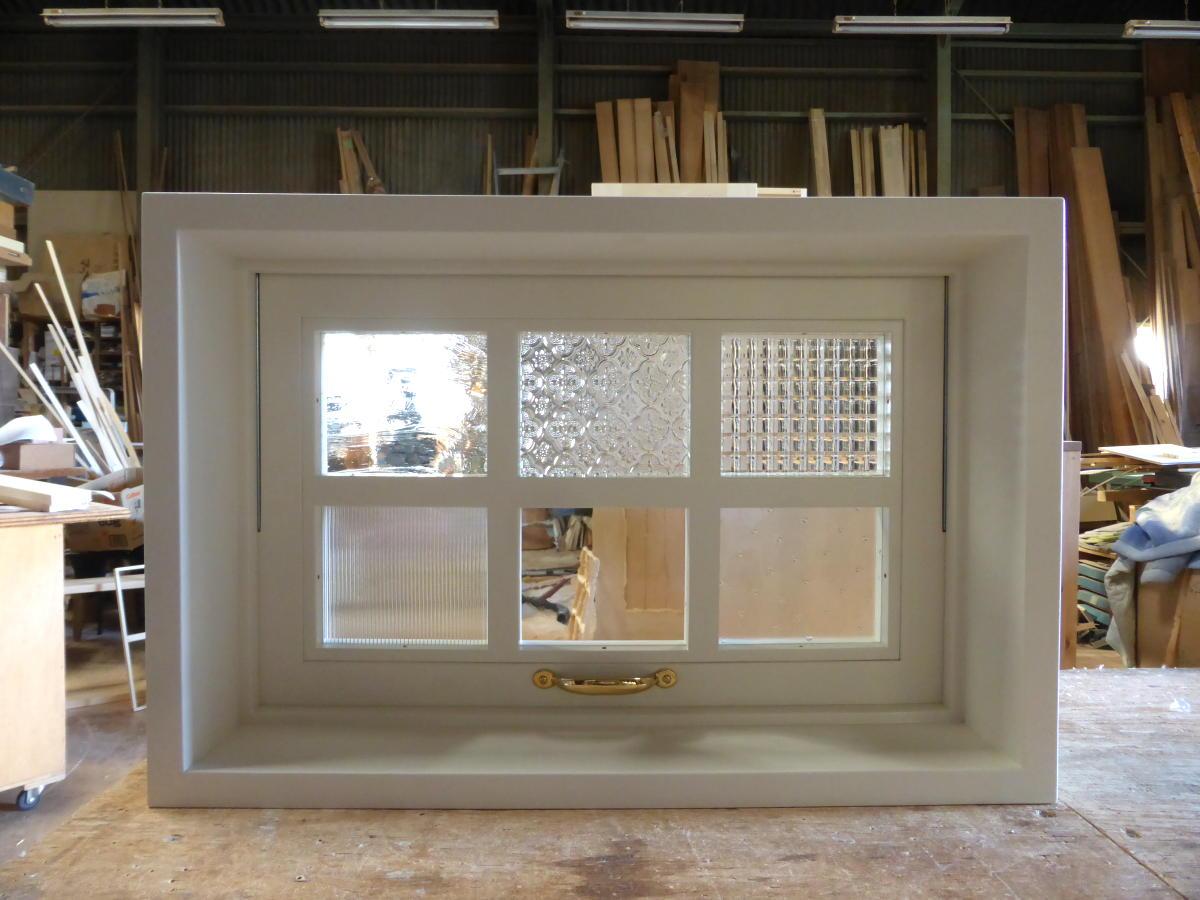 パッチワークガラスの滑り出し窓(内側正面・閉時)