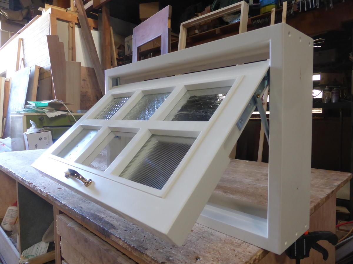 パッチワークガラスの滑り出し窓(外側・斜め開時)