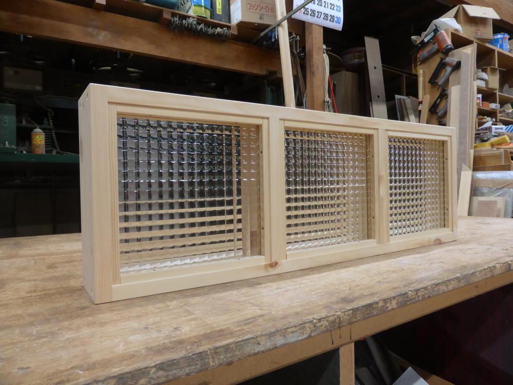チェッカーガラスのFIX窓(外面斜め2)