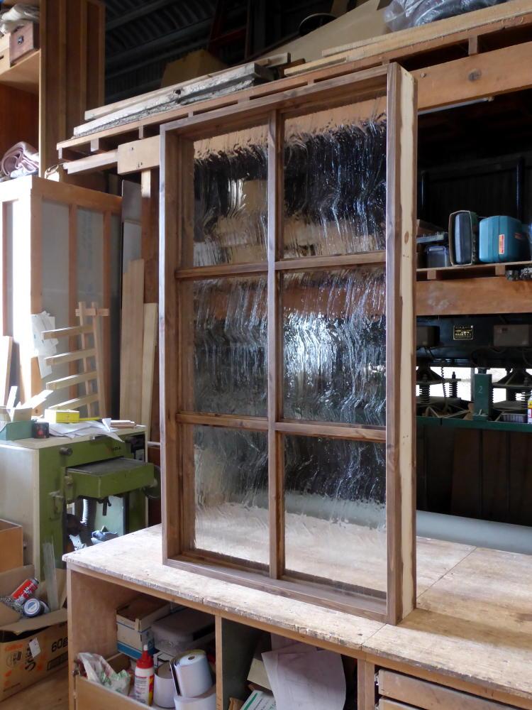 アンティーク調ガラスの大型FIX窓(斜め2)