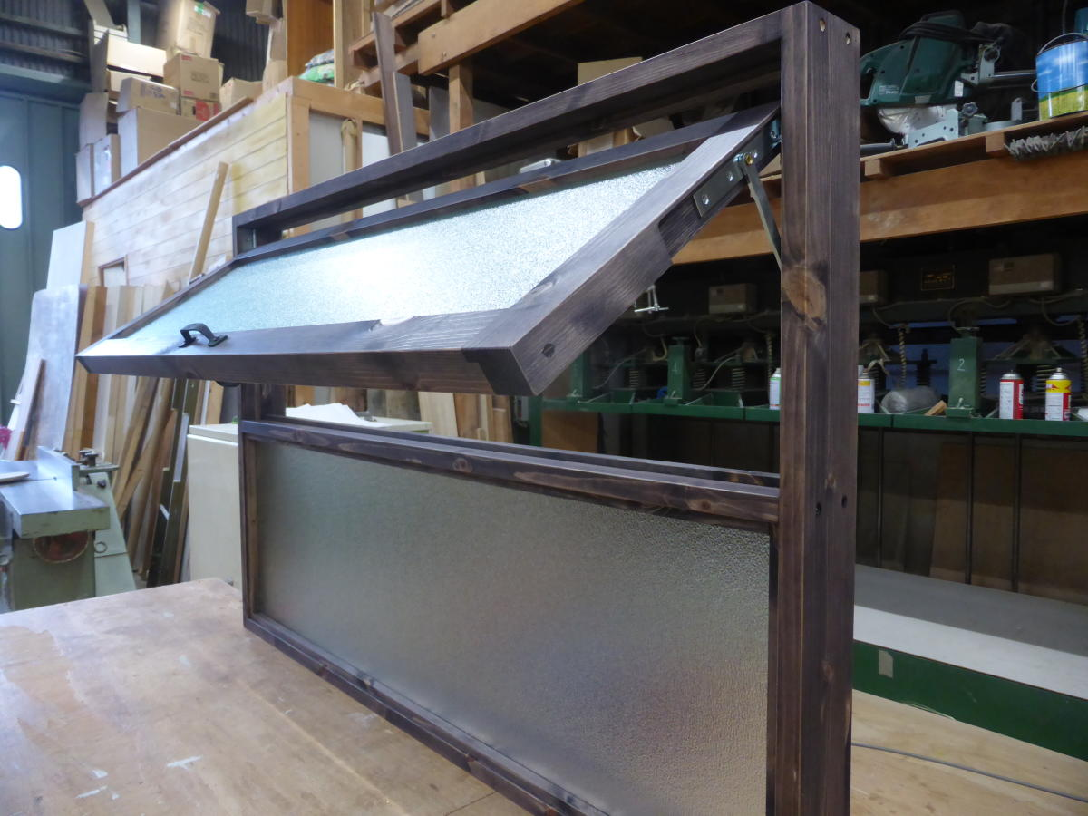上部滑り出し&下部FIXの複合室内窓(外側斜め・開時)