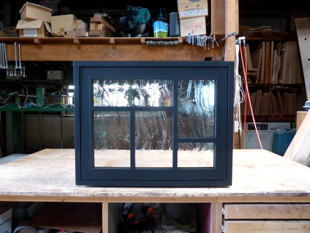 黒色塗りつぶしの変形格子の滑り出し窓(外部正面)