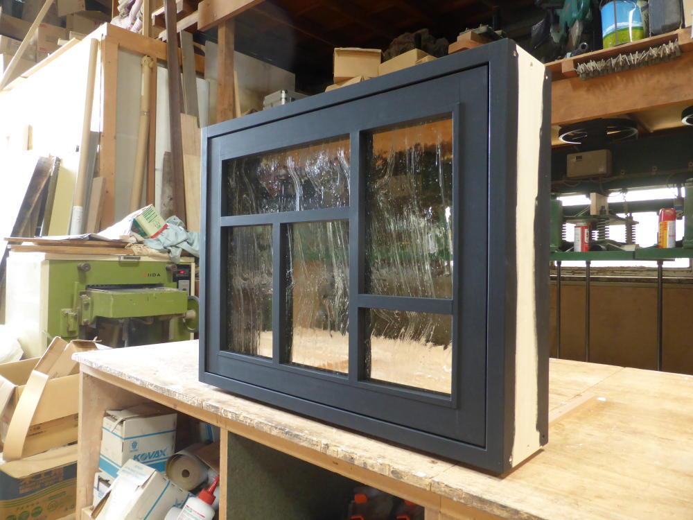 黒色塗りつぶしの変形格子の滑り出し窓(外部斜め正面)