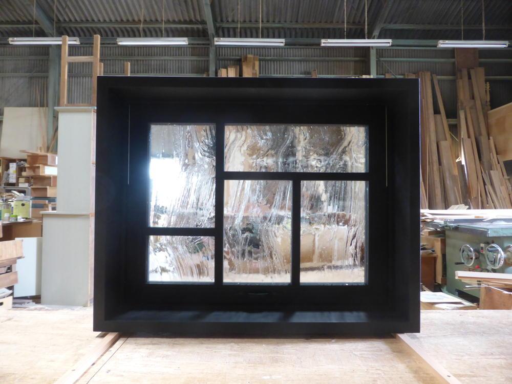 黒色塗りつぶしの変形格子の滑り出し窓(内部正面)