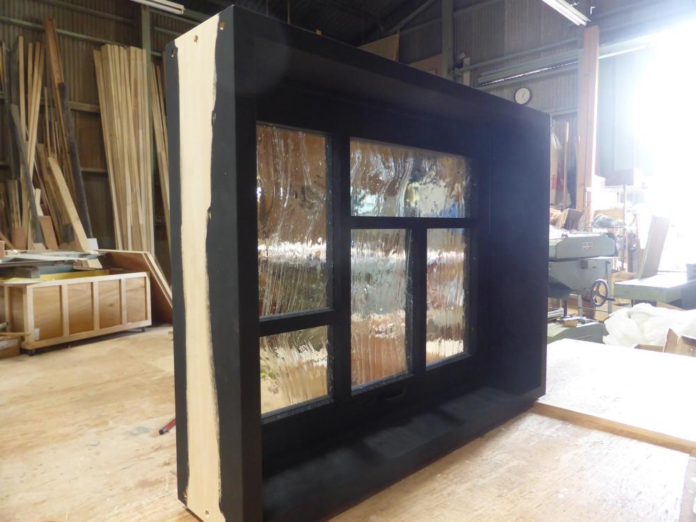 黒色塗りつぶしの変形格子の滑り出し窓(内部斜め正面)