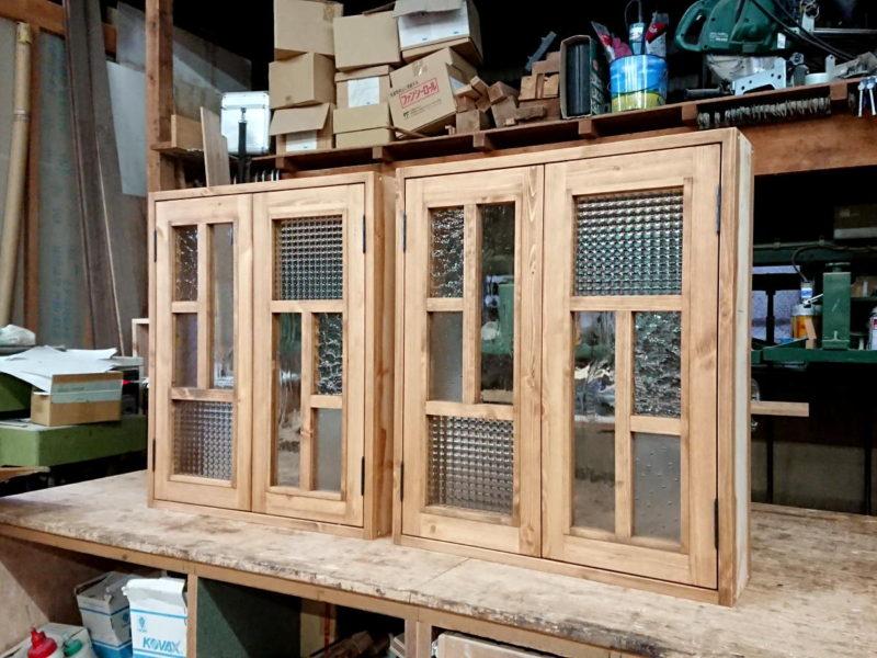 変形格子とパッチワークガラスの観音開き室内窓2台