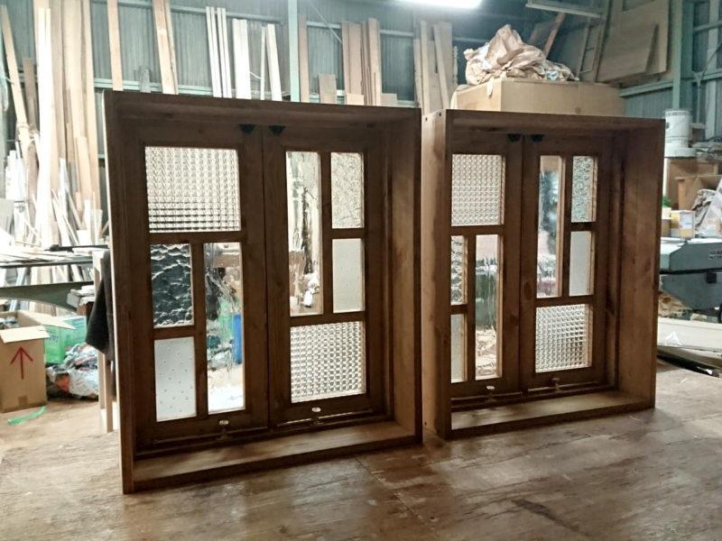 変形格子とパッチワークガラスの観音開き室内窓(オーダーメイド)