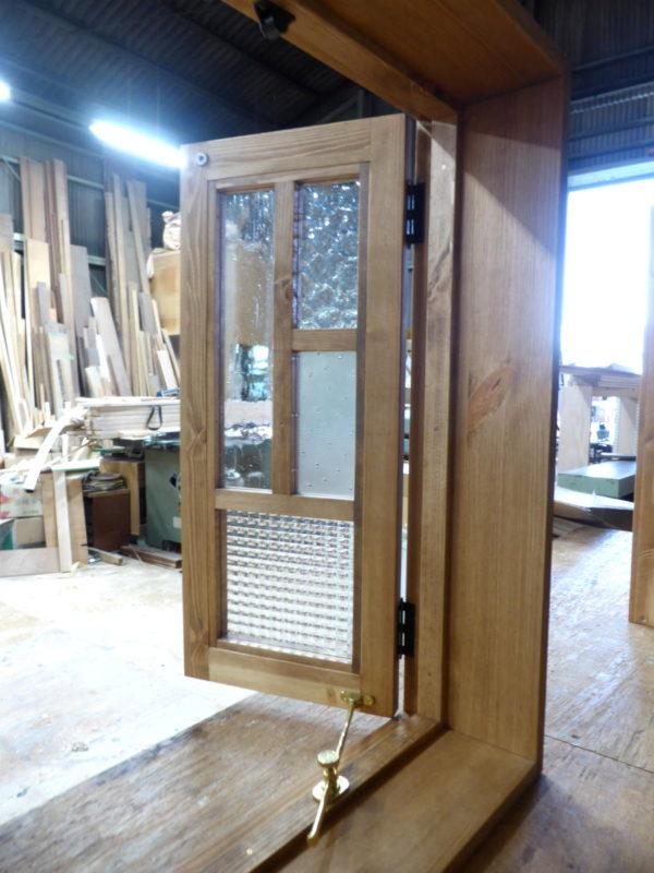 数種のガラスを使用したパッチワークガラスの室内窓の扉